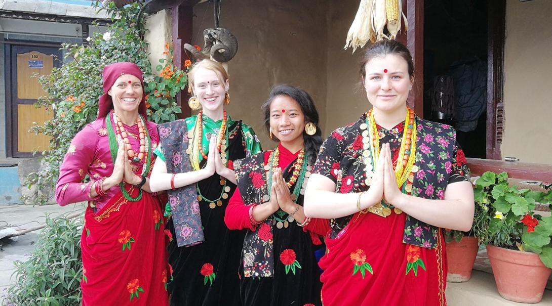 ネパール文化を楽しむ医療インターンたち